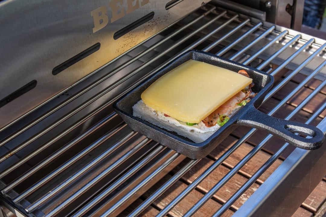 Raclette Flammkuchen-Art mit Käse im Oberhitzegrill
