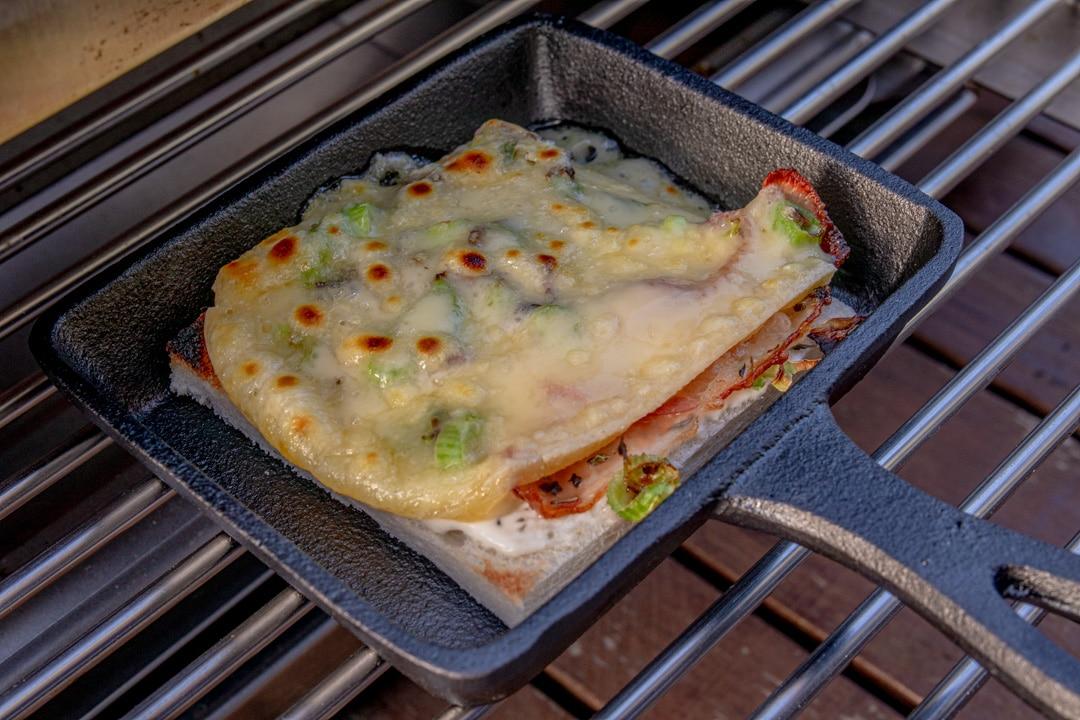 Raclette Flammkuchen-Art im Oberhitzegrill