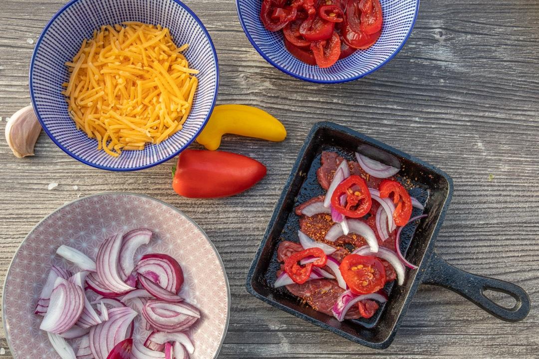 Raclette mit Steakstreifen, Zwiebeln und Jalapenos