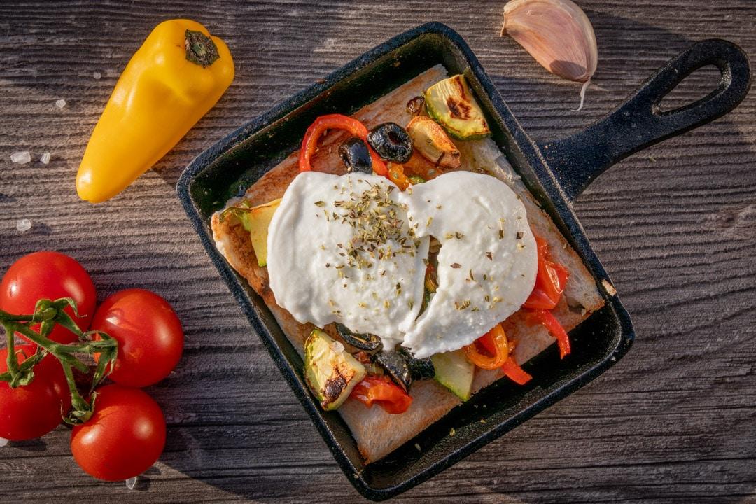 Mediterranes Raclette mit Gemüse und Mozzarella