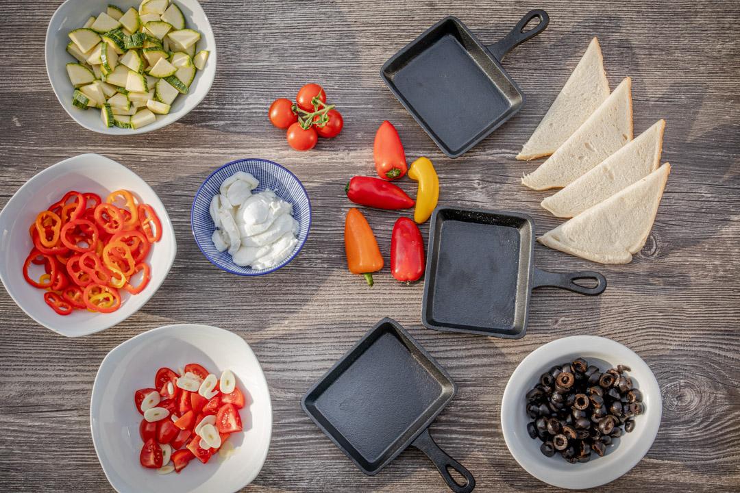 Mediterranes Raclette mit Oliven, Zuchini und Paprika