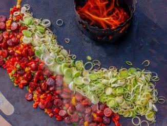 Tapa mit Chorizo, Kartoffen, Paprika, Lauch auf der Feuerplatte