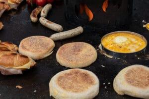 Frühstücks-Burger zubereiten auf der Feuerplatte