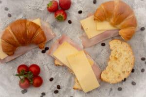 Croissants mit Schinken und Käse belegen