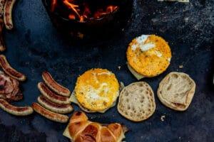 Frühstücks-Burger auf der Feuerplatte