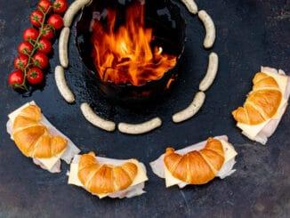 Croissants mit Schincken und Käse auf der Feuerplatte
