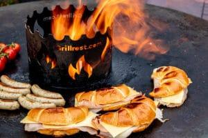 Schinken-Käse-Croissants von der Feuerplatte