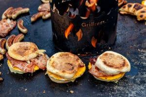Frühstücks-Burger von der Feuerplatte