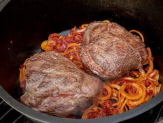 Ochsenbäckchen im Dutch Oven auf dem Gasgrill
