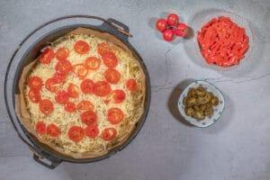 Tomaten und Käse auf dem Pizzabrot