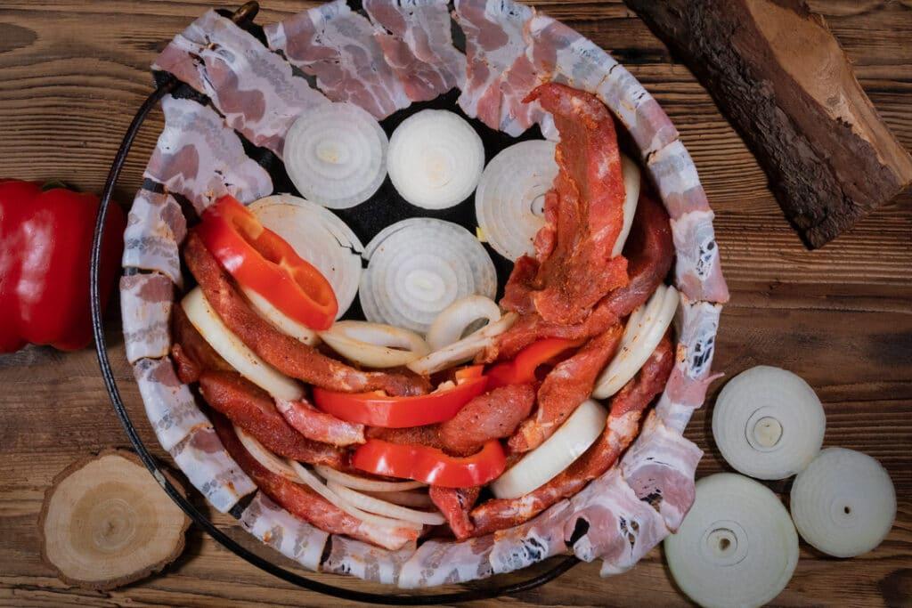 Schichtfleisch schichten im Dutch Oven