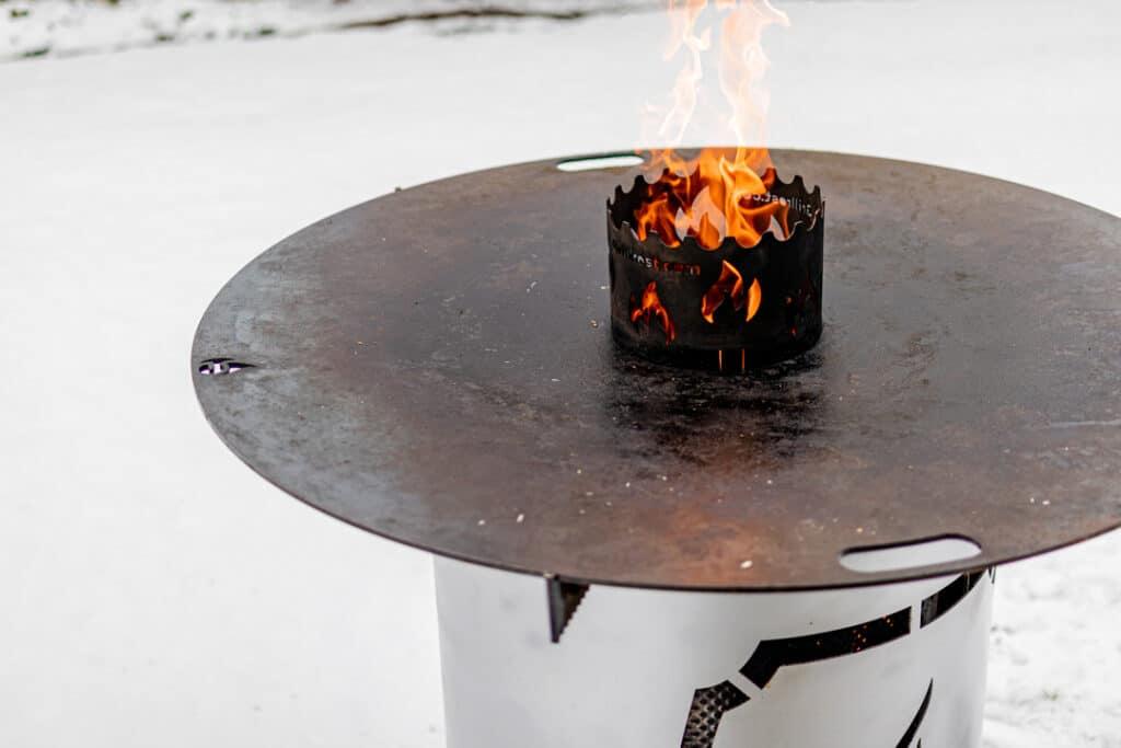 Feuerplatte im Schnee