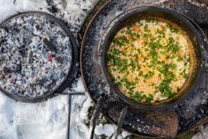 Mac and Cheese im Dutch Oven mit frischen Kräutern