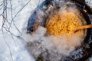 Mac and Cheese kochen im Dutch Oven