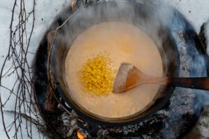 Makkaroni und Mais im Dutch Oven kochen