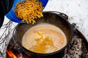 Makkaroni für Mac and Cheese aus dem Dutch Oven