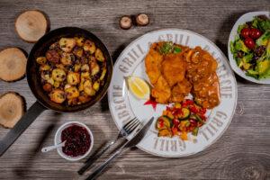 Schnitzel mit Bratkartoffeln als Beilage