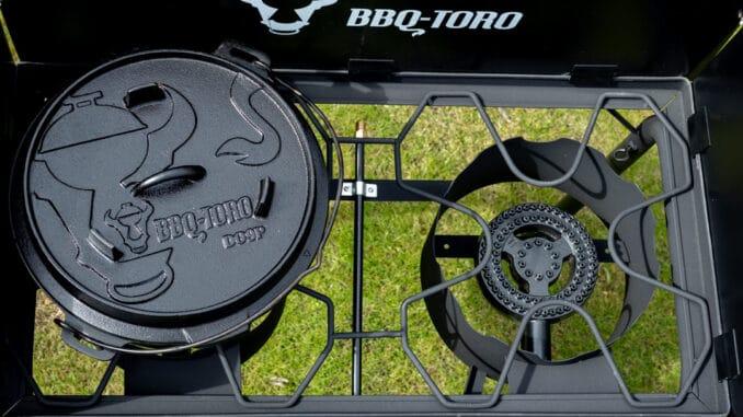 Gas Grilltisch BBQ-Toro mit Dutch Oven auf dem Brenner