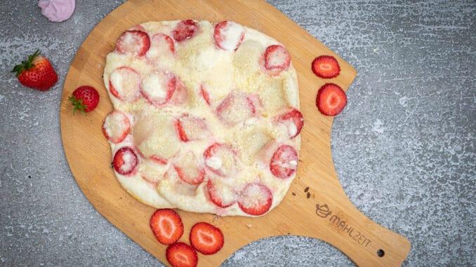 süßer Flammkuchen mit Erdbeeren, Mascarpone und weißer Schokolade