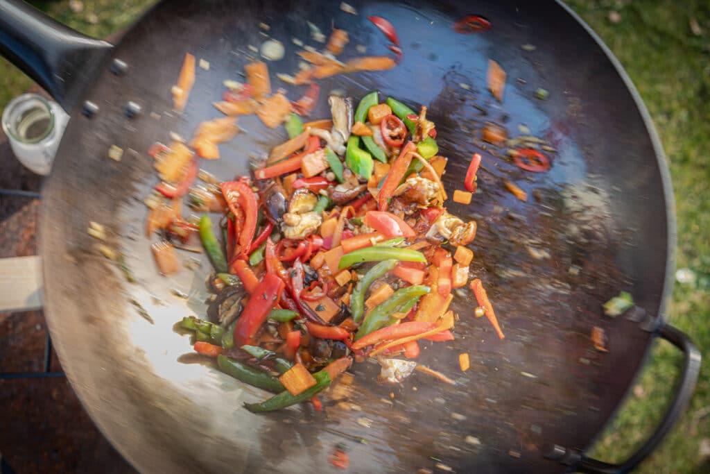 Gemüse schwenken im Wok