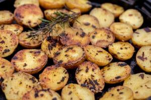 Rosmarinkartoffen in der Grillpfanne