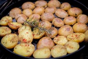 Rosmarinkartoffeln in der Pfanne
