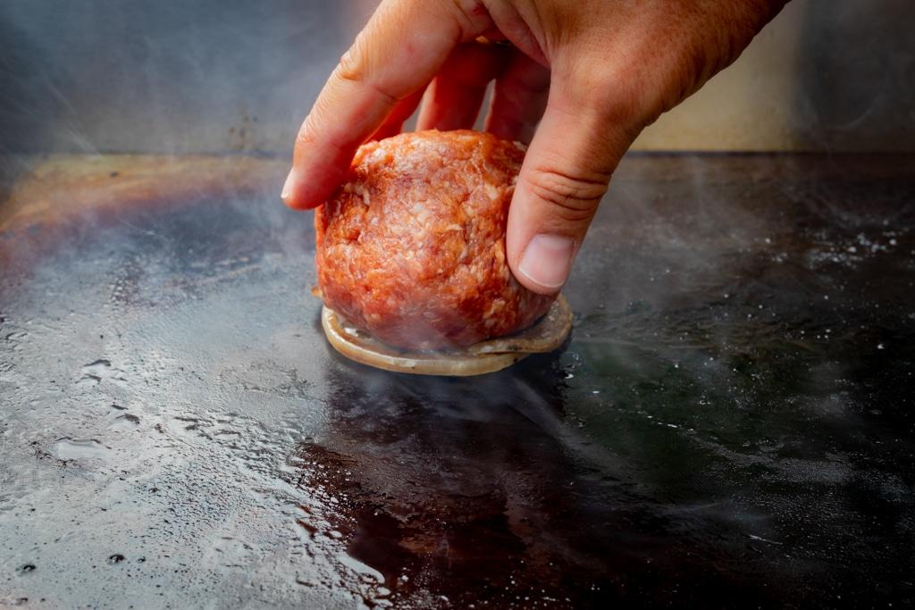 Hackfleischball auf Zwiebeln