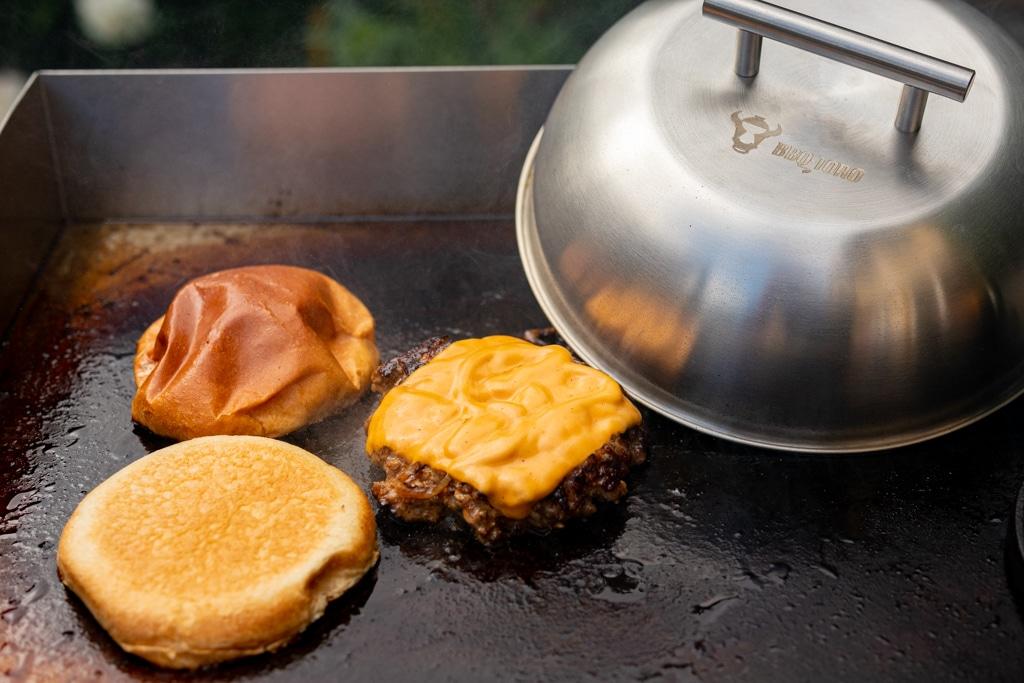 Burgerglocke neben Patty mit Käse und Bun